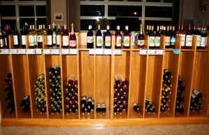 プラトー受付前 ワイン棚